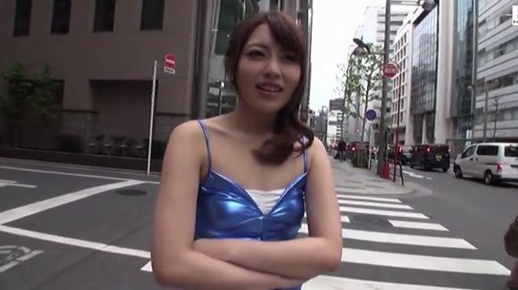 【桜井あゆ】痴女のお姉さんが素人男の手コキゲームに挑む!!【無修正】