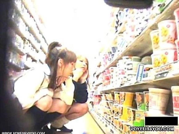 【パンチラ】ギャルやばい。可愛い制服娘はドラックストアで買い物中パンチラ!!