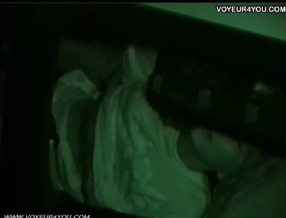 【カーセックス】真夜中の駐車場!発情したカップルはチンチンを出して挿入していた!