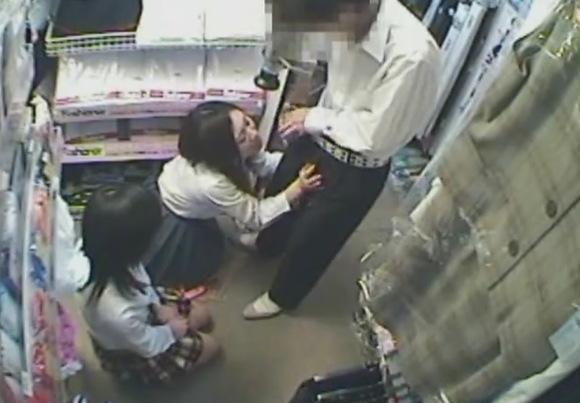 【ブルセラ】アダルトショップにパンツを売りに来た姉ちゃん!バイトでおチンチンをフェラチオしますね!