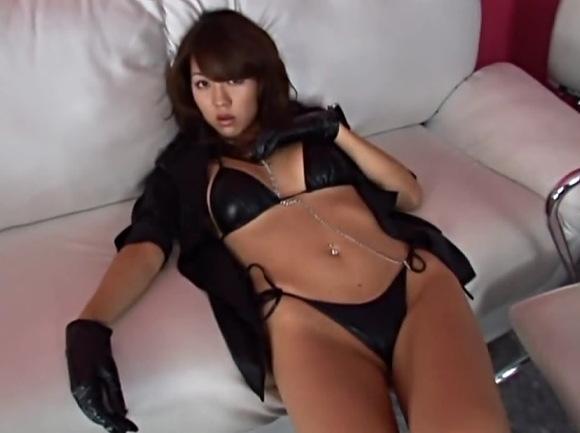 【フェチ】光沢のあるサテンのストッキング!セクシーランジェリーの美人姉ちゃんです!