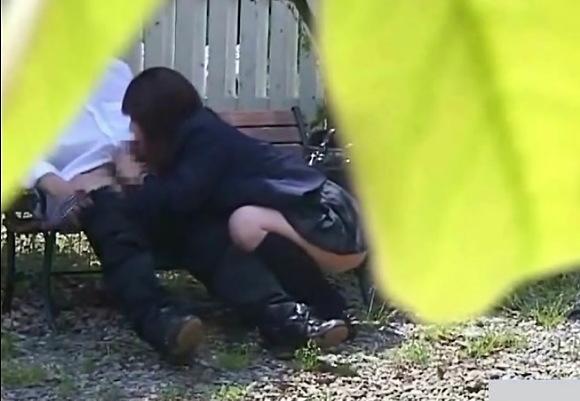【青姦】学校の庭のベンチ!若い制服娘カップルはフェラチオ!