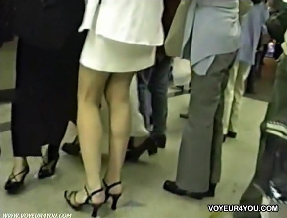 【パンチラ】すばらしい脚線美のOLとリーマン!タイトスカートを逆さ撮り!