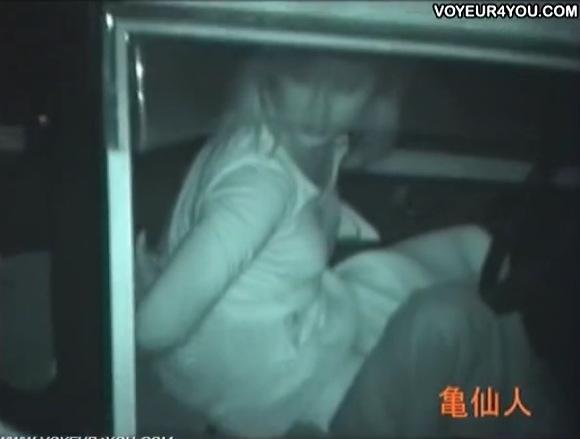 【カーセックス】屋外でファックするようには見えない清楚な女子大生!彼にオメコを触られる!