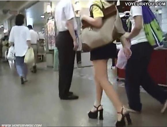 【パンチラ】さっそうと歩いている美人のミニスカートお嬢さん!追跡して逆さ撮り!