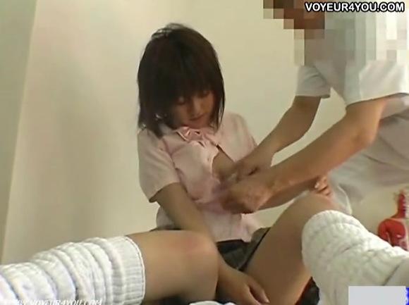 【マッサージ】整骨院にきた制服娘!もっと効きを良くするために全裸になりましょうか?