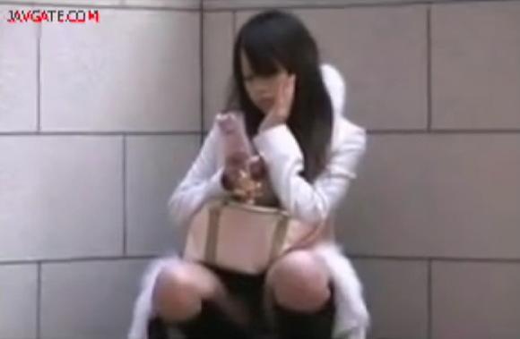 【パンチラ】有りえないオメコ丸出しノーパン娘!ミニスカートの下は赤貝地帯!