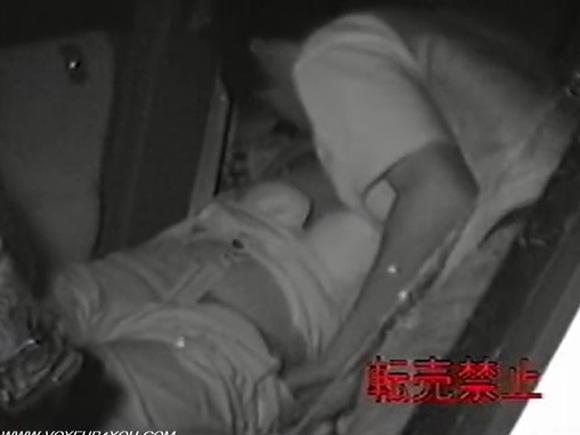 【カーセックス】車の中はラブホテル!勃起した彼氏は恋人のオメコをヌルヌルに変えた!【無修正】