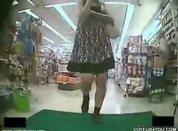 【パンチラ】若くオシャレな可愛い美人!買い物中にパンチラを盗撮!