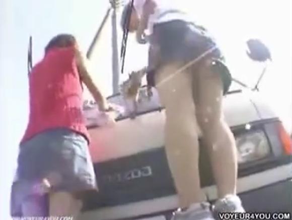 【パンチラ】会社の車を洗うOL!ミニスカートからパンツが見えていた!