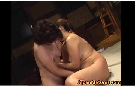 【レズビアン】本当に猥褻なドスケベなネコとタチ!濃厚すぎる五十路の熟女がレズビアンでもう発情が止まりません!