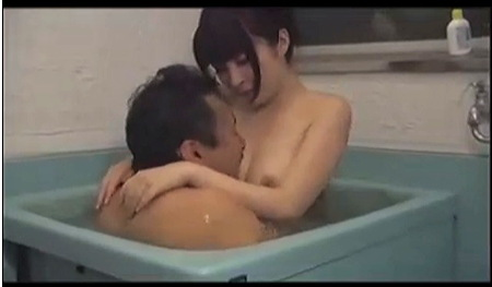 【ながえスタイル】なんと淫らな昭和の禁断ストーリー!連れ子の可愛いロリータ美少女がお母さんの目を盗んで継父とヤリまくりです!