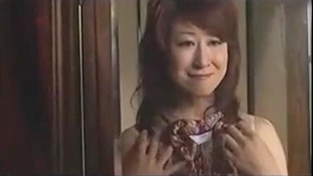 【美里流季+花岡じった】セックスをしたくなると寿司の出前を頼む淫乱未亡人!出前持ちのおっさんのデカチンでイキまくりです!
