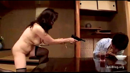 【暮町ゆうこ+熟女】これは危険な太り過ぎの五十路の捜査官!犯人に銃を突きつけて捕まえます【捜査官+犯人】