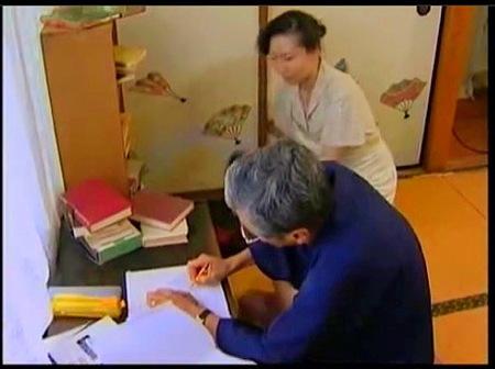 【ヘンリー塚本】これはエロすぎる好き者の家政婦!作家の老人とその息子、ふたりとやってます。