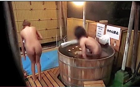 【風呂】本当に猥褻な卒業旅行で温泉旅行に来ていた大学生の友人同士!混浴に入ったらセックスを始めました。