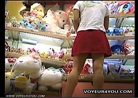 【盗撮+パンチラ+個人撮影】とてもスケベなミニスカートの可愛いロリータ美少女!デパートでローアングルから逆さ撮りしてしまいます。