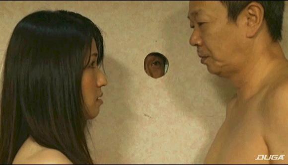 【ヘンリー塚本】寝取られ趣味で高齢の旦那が若い奥様が絶倫男とやるのを障子の穴から覗く話です『夫婦交換 妻のファックをのぞく』他【画像40枚】