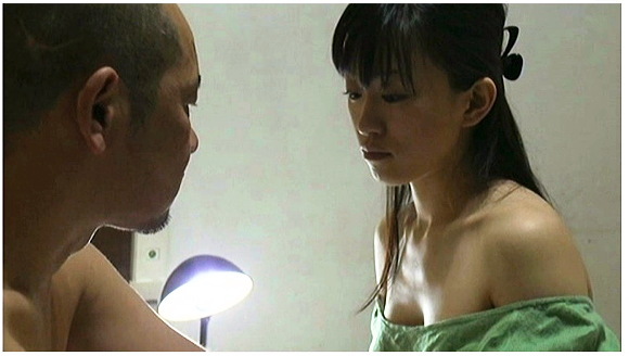 【ヘンリー塚本+京野結衣+無修正】お風呂場で勃起したデカチンを洗って連れ子に襲いかかるお父さんです