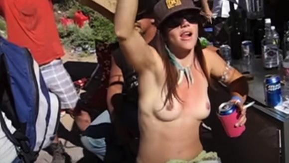 【爆乳】ユタ州の『砂漠ロックフェスティバル』でボインを出していたセクシーお姉さん『ユタ州デザートロックスフェスティバル』【ロック+音楽+ノーブラ+ヌーディスト】