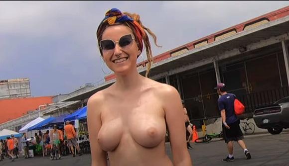 【爆乳】これはいいオッパイのセクシー熟女ですね。自然発生的なヌードアートです。『泡の自転車と乳房。 LAの世界の裸の自転車に乗って巨大な泡を飛び出るアーティストのヌードの女性。』【自転車+爆乳+巨乳+豊満ムチムチ+ぽっちゃり】