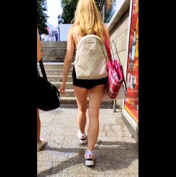 『ホットパンツを着ている少女は通りで彼女のお尻の頬を示しています』【ホットパンツ+美脚+盗撮+パンチラ+隠し撮り】