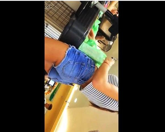 ファストフードで買い物をしているプリンプリンした若いお姉さんです。ホットパンツが短すぎます。下から見るとお尻の肉が丸見えでした。盗撮カメラマンがローアングルから逆さ撮りです。