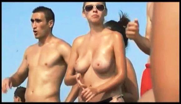 ビーチで発見した大きな自然のおっぱいを持つ女の子です