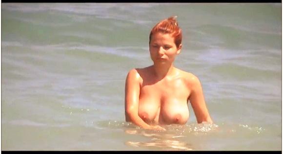 ビーチで巨乳の若いトップレス女性を隠し撮りです