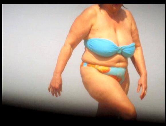 【盗撮+BBW+熟女】海水浴場で水着のBBW熟女たちを本物盗撮したスライドショーです『ビーチの豊満熟女』他【動画】