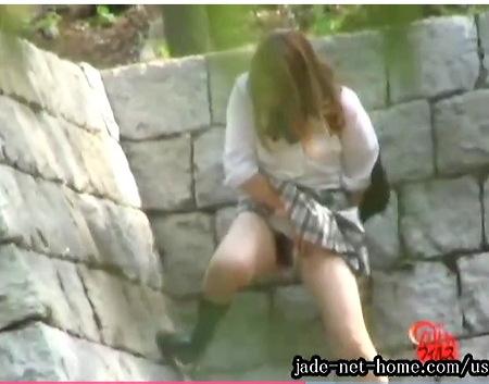 可愛い美少女jk!トイレに間に合わなくて野良ション!