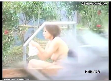 すばらしいデカパイの女子大生!露天風呂を盗撮!