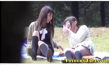 公園で泥酔してる女子大生の二人!しょんべん漏らす!