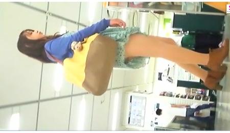 買い物をしてるミニスカート姉ちゃん!パンティ逆さ撮り!