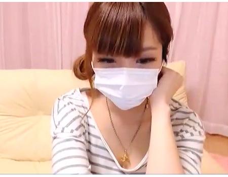 マスクのおしゃまな女子大生!服を脱いでいく生ストリーミング配信!