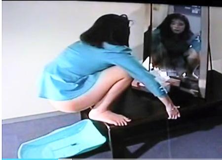部屋に入ってきたセクシー姉ちゃん!なぜかウンコをします!