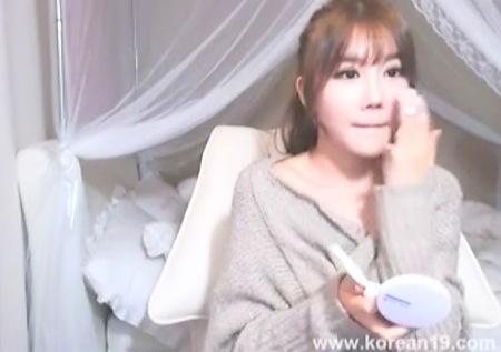 お化粧直しをしている韓流の美人姉ちゃん!アダルトチャット!