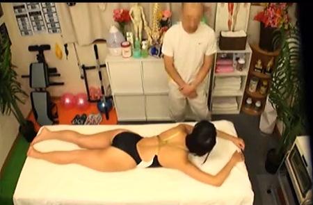 悪質な整骨院に来たデカパイ水泳部の女子大生、湊莉久さん!エッチなマッサージ!