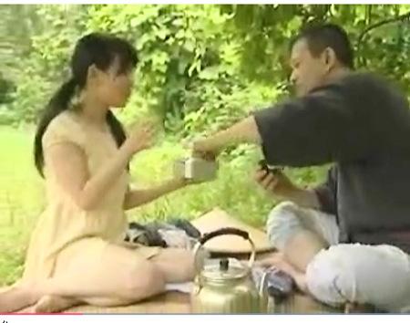 【ヘンリー塚本】ロリータ娘がお弁当を持ってきて野良ションして近親相姦する!川嶋あみ
