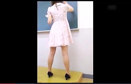 【個人撮影】ガチガチに緊張している教育実習生の姉ちゃんのパンチラをローアングル隠し撮り!
