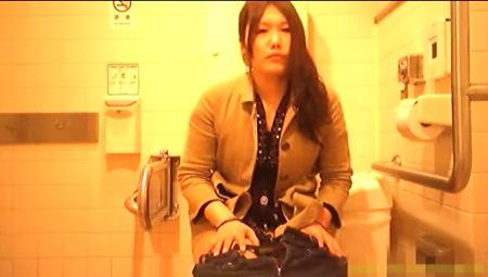 【おしっこ】ガタイの良い姉ちゃんが公衆トイレでおしっこ!