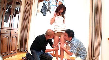 【妃悠愛】近所のおっさんたちを集めてパンティストッキングを見せる奥さま!