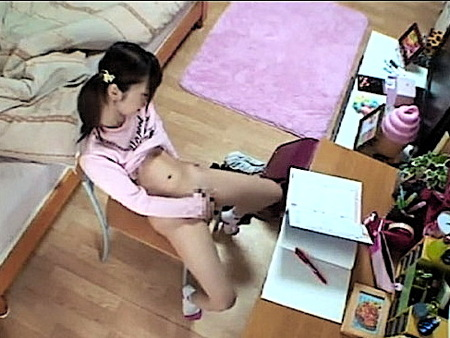 【美少女】家庭教師の先生が小学生のオナニーを隠し撮り!