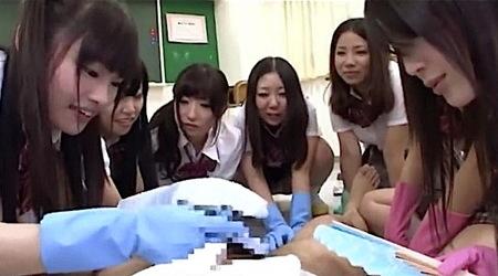 【ハーレム】包茎チンポだなんてウケる!クラスの女子が汚いので手袋で触る!