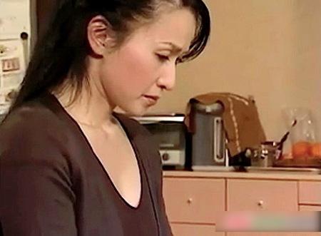 【ヘンリー塚本】キューリでオナニー!息子に見られた中年女の母!