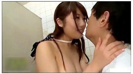 【jk】水に濡れたロリータ!ドスケベな小悪魔がトイレで誘惑!