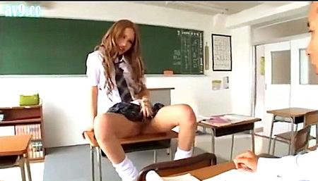 【あいかりん】教室でノーパン!ドスケベなヤンキーjkはオメコを見せて誘惑!