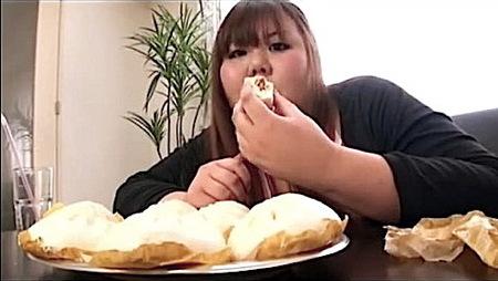 【デブ】共食いか!デブがむしゃむしゃと豚まんを食う!