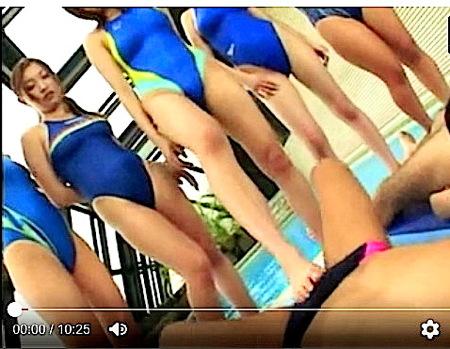 【ハーレム】競泳水着!水泳部のデカパイ女子大生がコーチの玉を踏みつぶす!浜崎りお