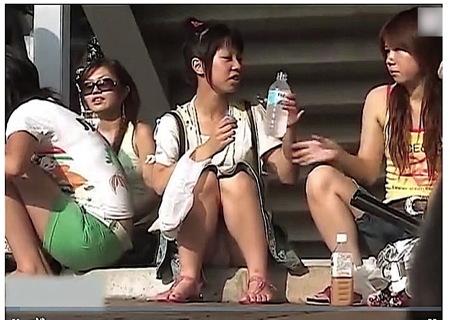 【パンチラ】しゃがみパンチラ!夏休み中に撮影した野外の可愛い美少女ミニスカート!
